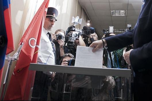 """фото ЗакС политика Кандидат в мундепы пожаловался в ГИК на короткий срок работы ИКМО """"Светлановское"""""""